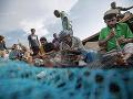 Rybári opravujú svoje siete,