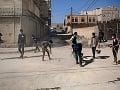 Mladí Jemenčania čistia ulice