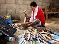 Remeselník vyrába dýky (Jambiyya)
