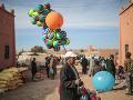 Pouličný predavač balónikov čaká