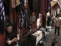 Obchodníci predávajú kožené výrobky