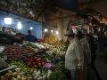 Ľudia nakupujú ovocie a