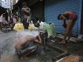 Muži sa umývajú pri