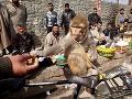 Ind kŕmi opicu hroznom,