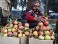 Predavač ovocia aranžuje ovocie