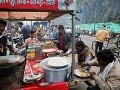 Indickí robotníci na raňajkách