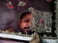 Indický zamestnanec vyrába sárí,