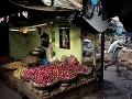 Pouličný predavač predáva cibuľu