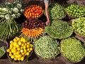 Predavač aranžuje zeleninu na