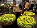 Predavač oblieva vodou citróny