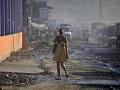 Žena v šatách kráča