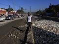 Muž kráča pri brehu