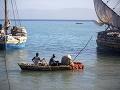 Rybári sa plavia okolo