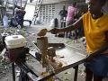 Žena vyrába arašidové maslo