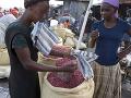 Predavačka predáva arašidy na