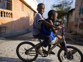 Kamaráti na bicykli v
