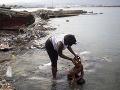 Žena kúpe svoju dcéru