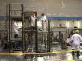 Technici pracujú v reaktorovej