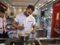 Kuchár pripravuje falafel pre