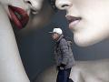 Muž prechádza okolo reklamy