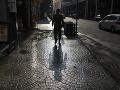 Muž kráča po mokrej