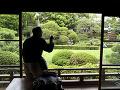 Návštevník fotografuje japonskú záhradu