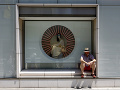 Muž odpočíva v tokijskej