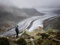 Turistka vedľa ľadovca Aletschgletscher