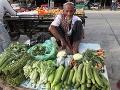 Starý predavač zeleniny čaká