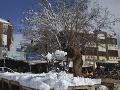 Predavač odhŕňa sneh pred