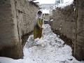 Mladá Afgánka čistí chodník
