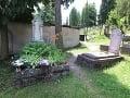 Na nímke zľava hrob
