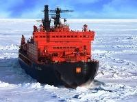 Najväčší ľadoborec sveta pláva