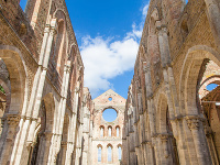 Opátstvo San Galgano: Romantické ruiny s mečom v skale