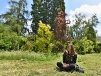 Návštevníčka sedí na tráve