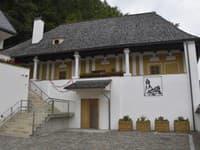 Chátrajúcu renesančnú budovu v