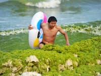 Obľúbenú čínsku pláž zaplavili