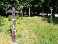 Približne 30 náhrobných krížov