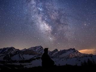 Muž sleduje Mliečnu dráhu