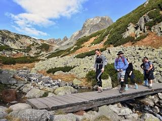 Na snímke turisti kráčajú