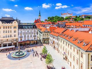 148cfc2a0 Bratislava je hlavným, a taktiež najväčším, mestom Slovenska. Má takmer 430  000 obyvateľov a je administratívnym, kultúrnym a hospodárskym centrom  krajiny.