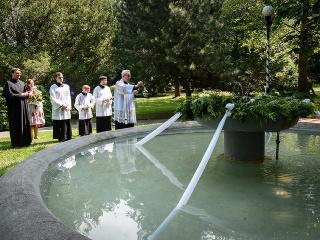 Zľava na snímke katolícky