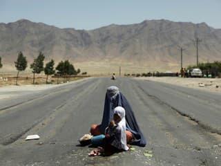 Na snímke afganská žobráčka