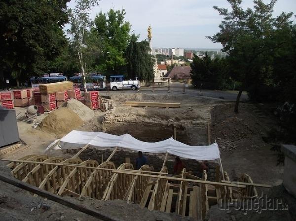 rekonštrukcia mosta v pozadí