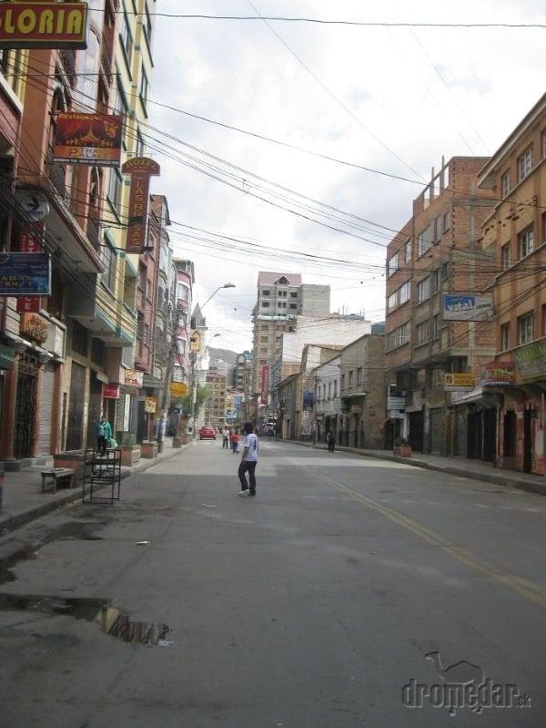 Futbal v prázdnych uliciach