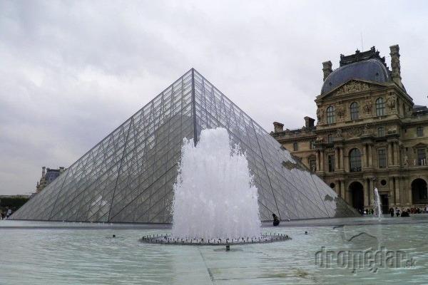 Známa pyramída pred palácom