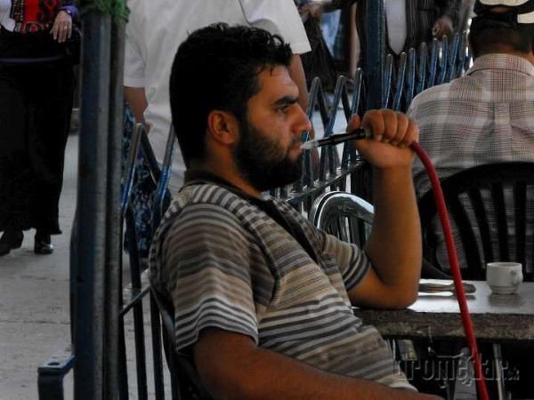 Muž s vodnou fajkou,