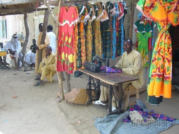 Krajčír predáva tradičné oblečenie,