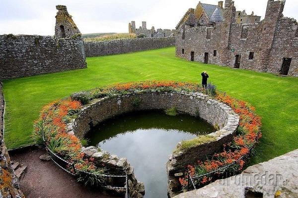 Ukvitnuté nádvorie hradu Dunnottar,