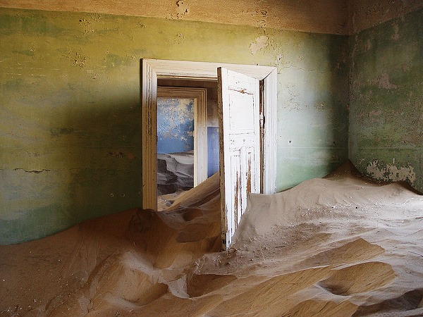 Piesok pohltil domy Kolmanskopu.